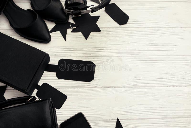Configuration plate élégante de Black Friday Sac noir, boîte-cadeau, prix à payer, photos stock
