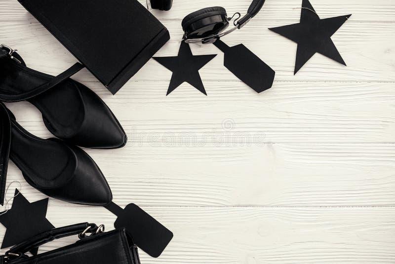 Configuration plate élégante de Black Friday Sac noir, boîte-cadeau, prix à payer, photos libres de droits
