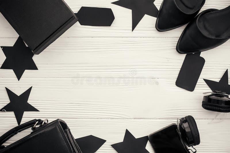 Configuration plate élégante de Black Friday Sac noir, boîte-cadeau, prix à payer, photo libre de droits