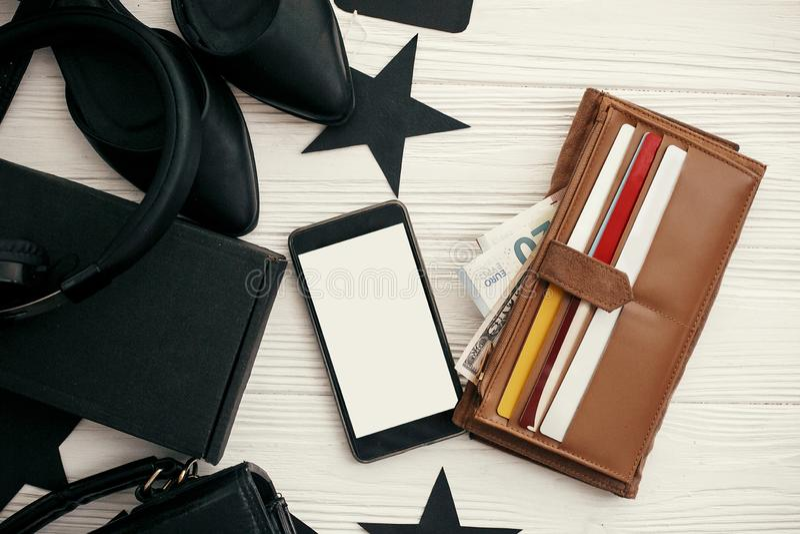 Configuration plate élégante de Black Friday Téléphone avec l'écran vide, portefeuille W image stock