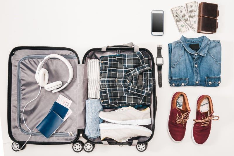 Configuration plate avec des accessoires du ` s de voyageur, articles essentiels de vacances, photos libres de droits
