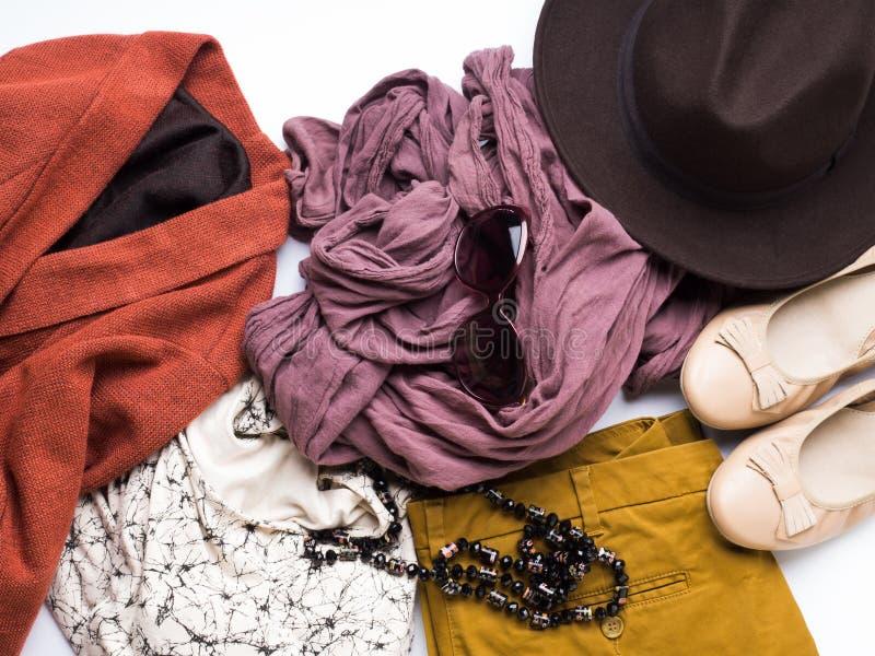 Configuration plate avec des vêtements d'automne du ` s de femme, chapeau en verre photo libre de droits