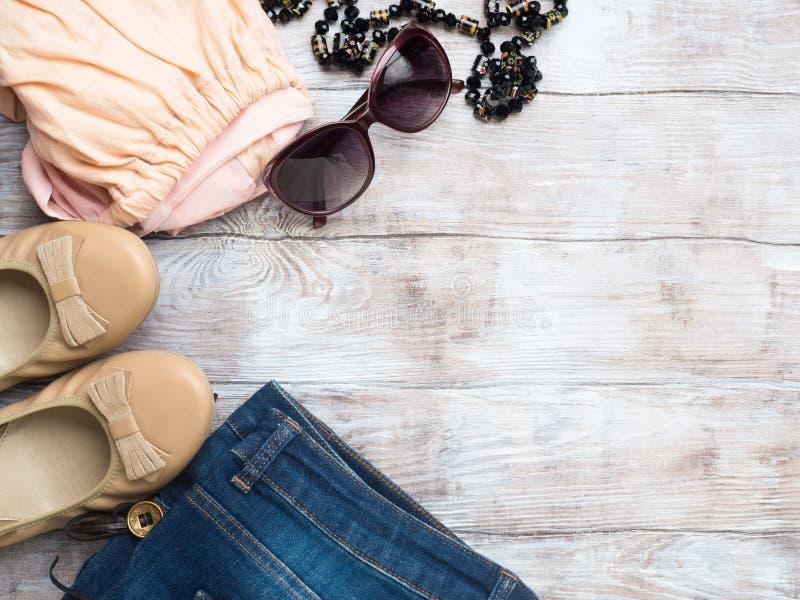 Configuration plate avec des vêtements du ` s de femme, chaussures en verre photo libre de droits