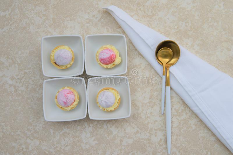 Configuration plate avec desserts de pâtisserie de fruit d'heure d'été de mini photo libre de droits
