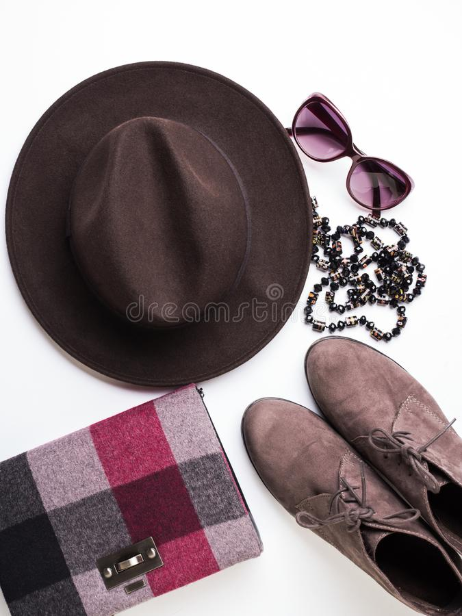 Configuration plate avec le sac d'automne du ` s de femme, chapeau en verre image libre de droits