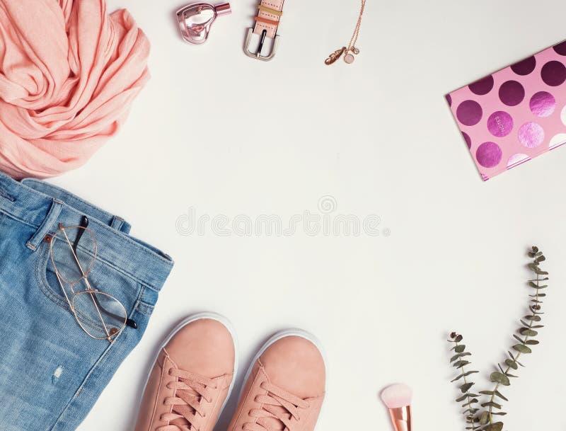 Configuration plate avec les espadrilles roses, les jeans, l'écharpe et d'autres accessoires photo libre de droits
