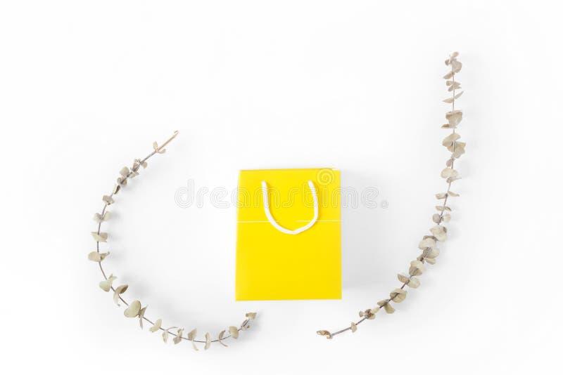 Configuration plate blanche jaune de vue sup?rieure de fond de sac de papier photographie stock