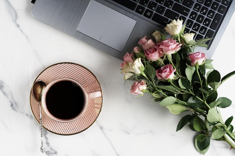 Configuration plate, bureau féminin de table de bureau de vue supérieure espace de travail avec l'ordinateur portable, la tasse d images stock