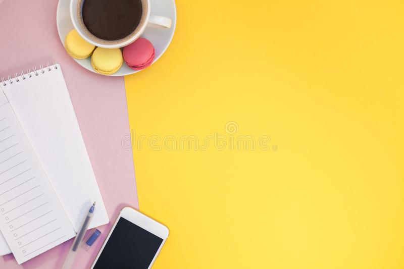 Configuration plate créative avec la tasse et les macarons de café photo stock