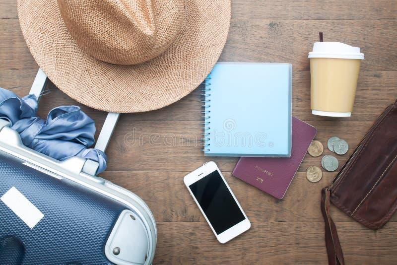 Configuration plate créative de concept de voyage avec la valise de bagage et les accessoires personnels image stock