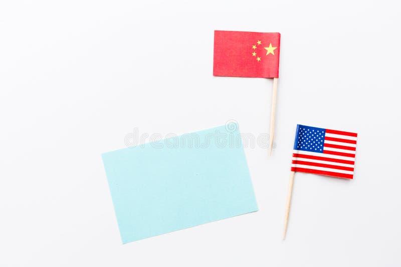 Configuration plate créative de vue supérieure de drapeau de la Chine et des Etats-Unis, de maquette et d'espace de copie sur le  images stock