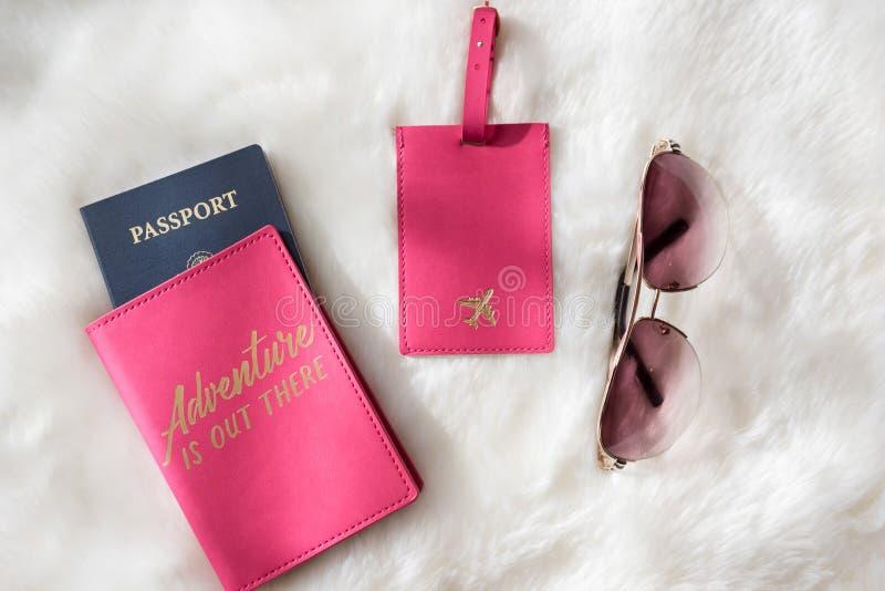 Configuration plate d'aventure de voyage avec le passeport, l'étiquette de bagage et les sunglas photo stock