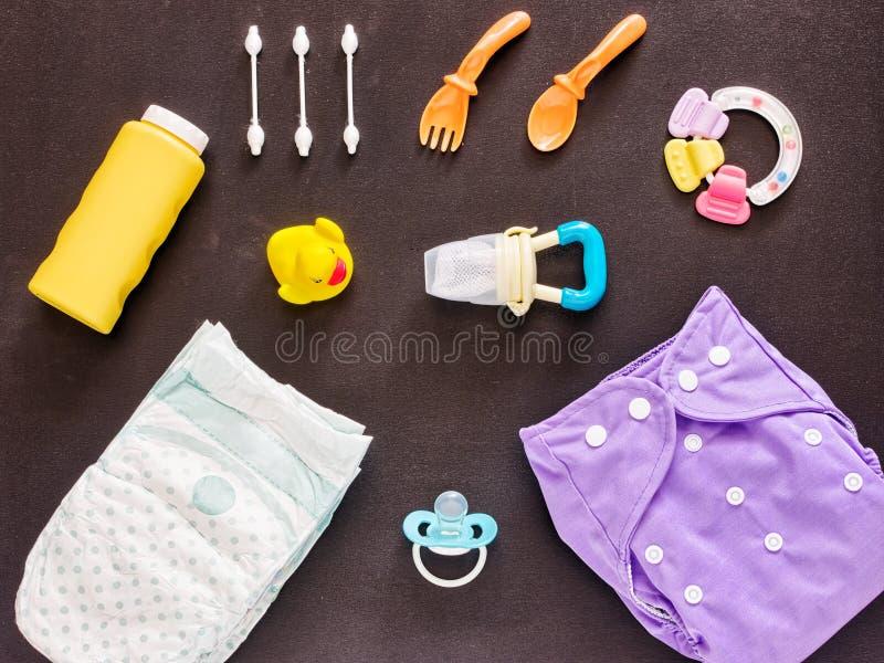 Configuration plate d'ensemble de bébé avec la couche-culotte de tissu photos libres de droits
