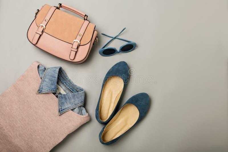 Configuration plate d'un équipement occasionnel de mode de femme - jeans, robe rose, h photographie stock