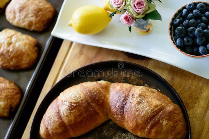 Configuration plate de beau brunch des croissants cuits au four à la maison et des agrumes frais sains de myrtille et de citron image libre de droits