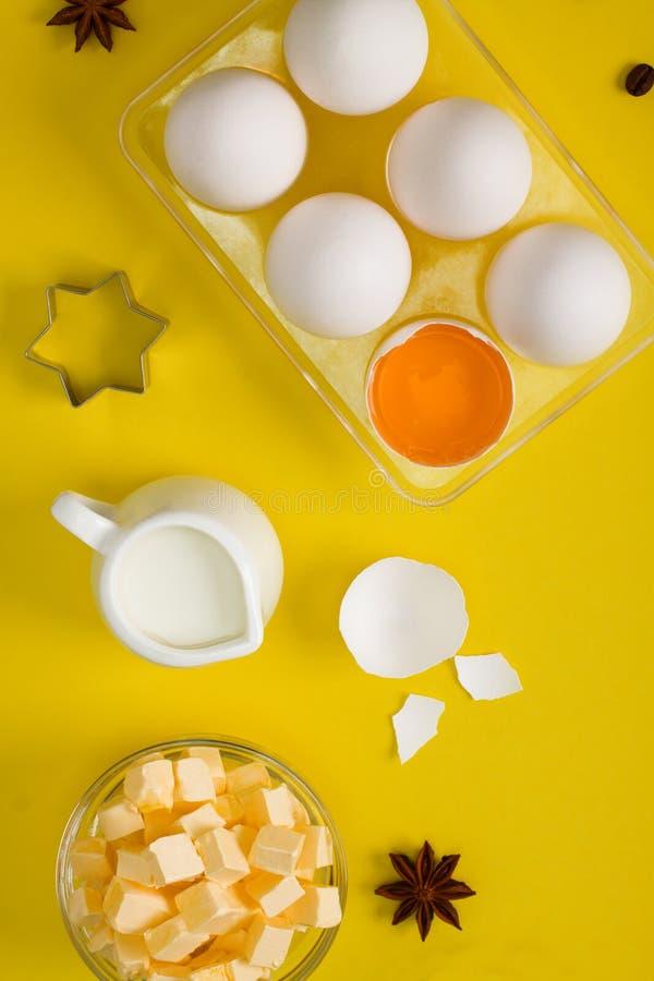 Configuration plate de cuisson avec le coupeur de biscuit d'épices de lait de beurre d'oeufs images libres de droits