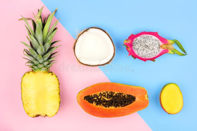 Configuration plate de fruit tropical sur un fond de rose en pastel et de bleu photos stock