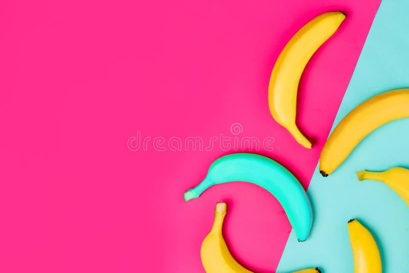 Configuration plate de jaune et d'une banane bleue sur le fond coloré avec l'espace de copie photos libres de droits