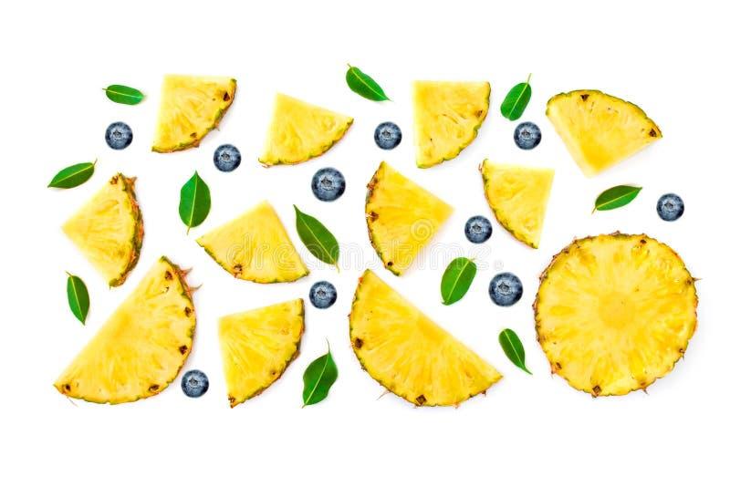 Configuration plate de l'ananas, des feuilles coupées en tranches de vert et des baies d'isolement photo stock