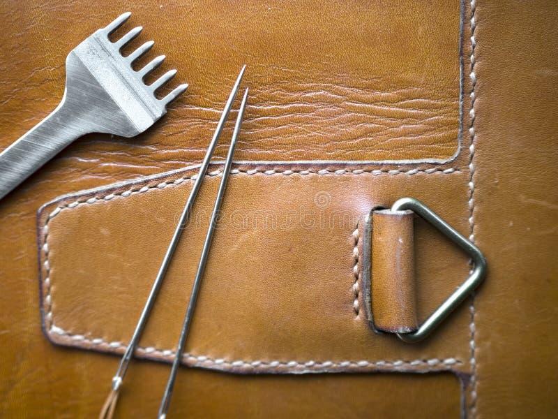 Configuration plate de l'outil de ouvrage en cuir sur le produit de peau du cuir véritable photographie stock
