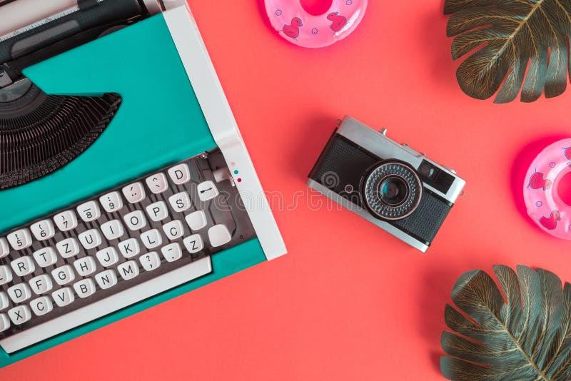 Configuration plate de machine à écrire avec la rétro caméra et les flotteurs gonflables avec des feuilles de monstera abstraites photo stock
