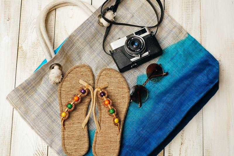 Configuration plate de mode d'été avec l'appareil-photo, les pantoufles, les lunettes de soleil et d'autres accessoires de fille  images libres de droits