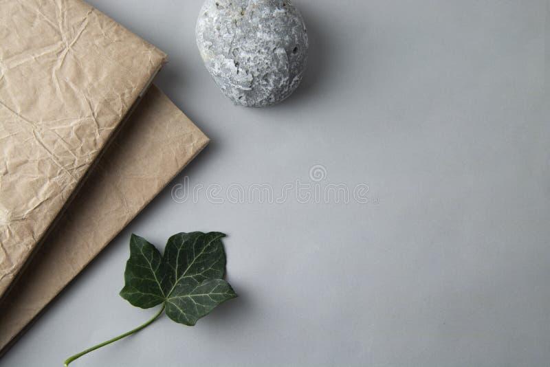 Configuration plate de notebok avec la pierre et le congé vert La vie de Stil Affaires et éducation Table de travail Style minima photo libre de droits