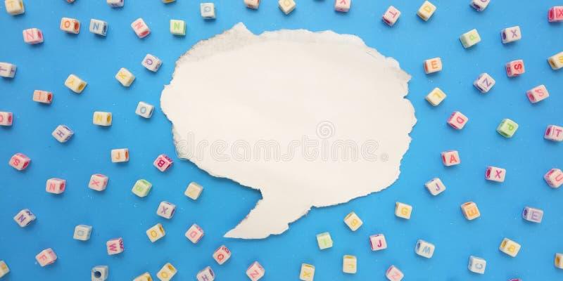 Configuration plate de photo, fond bleu et causerie en plastique de conception et de bulle d'?l?ment de perle de cube en alphabet images libres de droits