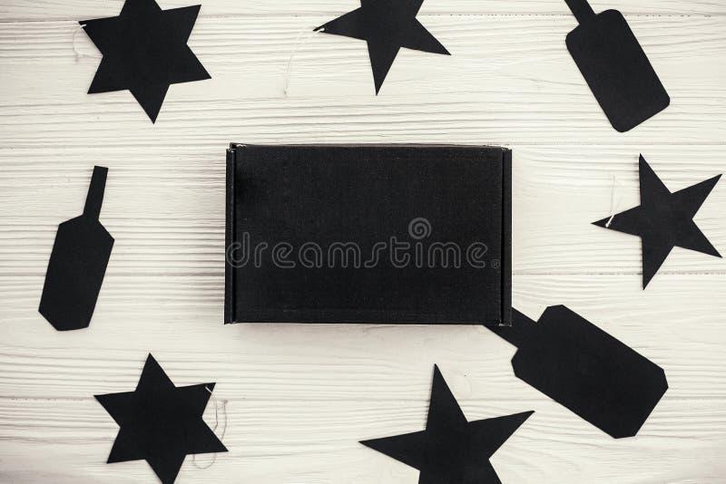 Configuration plate de vente de Black Friday Boîte-cadeau noir et pric vide noir photos libres de droits