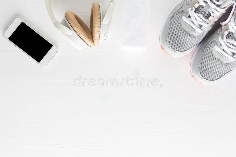 Configuration plate des accessoires de forme physique sur le fond en bois blanc Runn images libres de droits