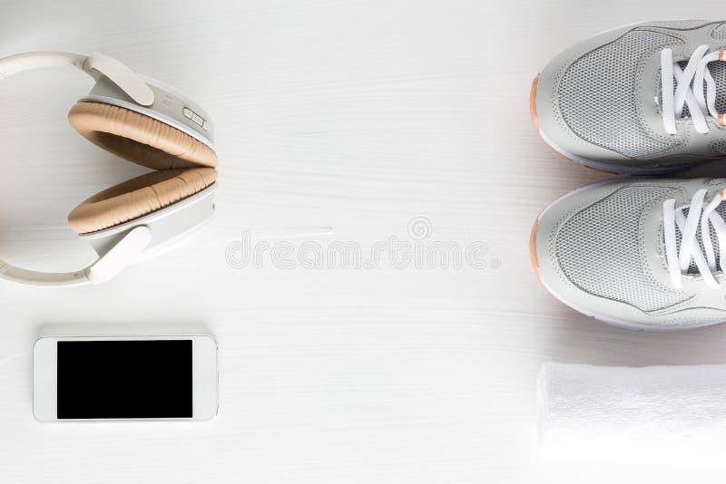 Configuration plate des accessoires de forme physique sur le fond en bois blanc Runn photo stock