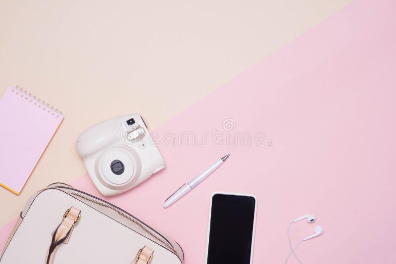 Configuration plate des accessoires de mode femelles et du sac à main blanc dessus au delà images stock