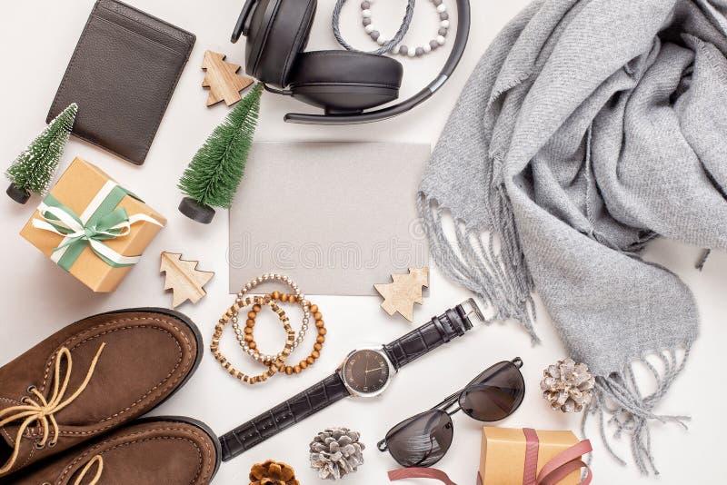 Configuration plate des accessoires des hommes avec des chaussures, montre, téléphone, écouteur images stock