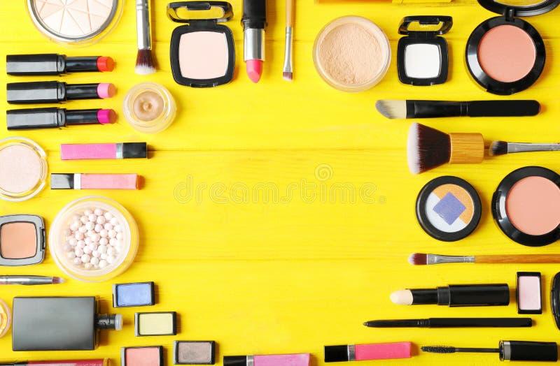 Configuration plate des cosmétiques de maquillage photographie stock