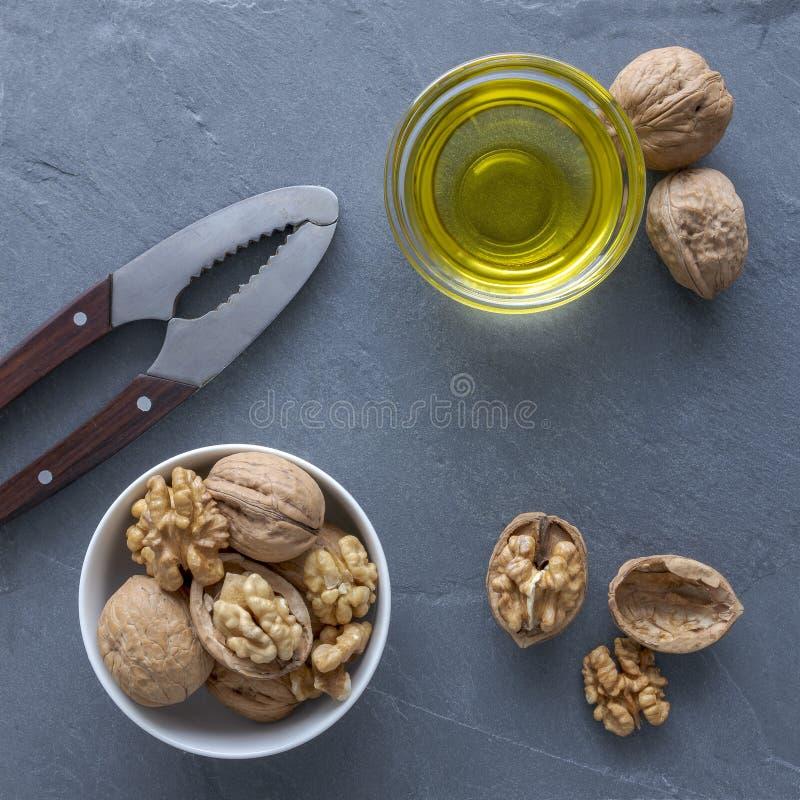 Configuration plate des noix, de l'huile de noix et d'un casse-noix images libres de droits