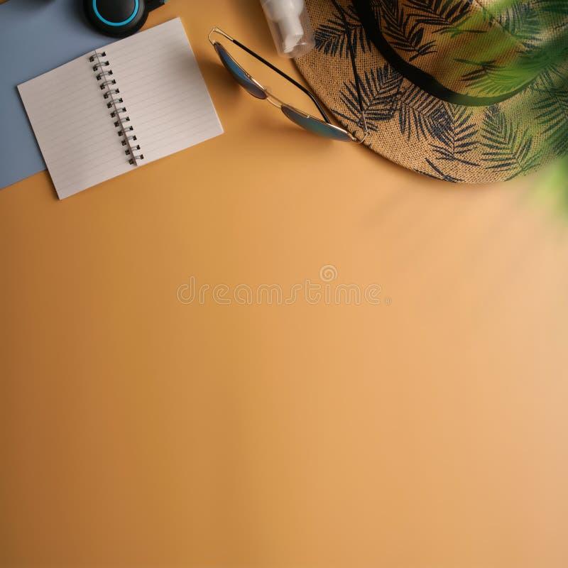 Configuration plate, espace de travail de vue supérieure avec des verres d'oeil, carnet, chapeau, bloc du soleil, chaussures et  photographie stock
