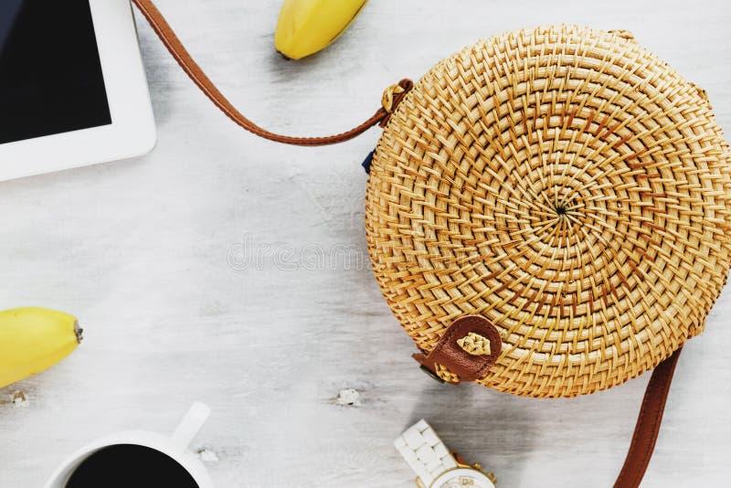 Configuration plate femelle de vue supérieure de lieu de travail de sac de fond de l'espace en bois blanc en bambou de copie photographie stock