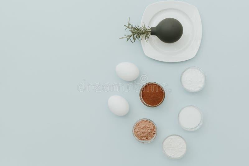 Configuration plate minimale avec des ingrédients pour faire cuire des gâteaux de chocolat image libre de droits