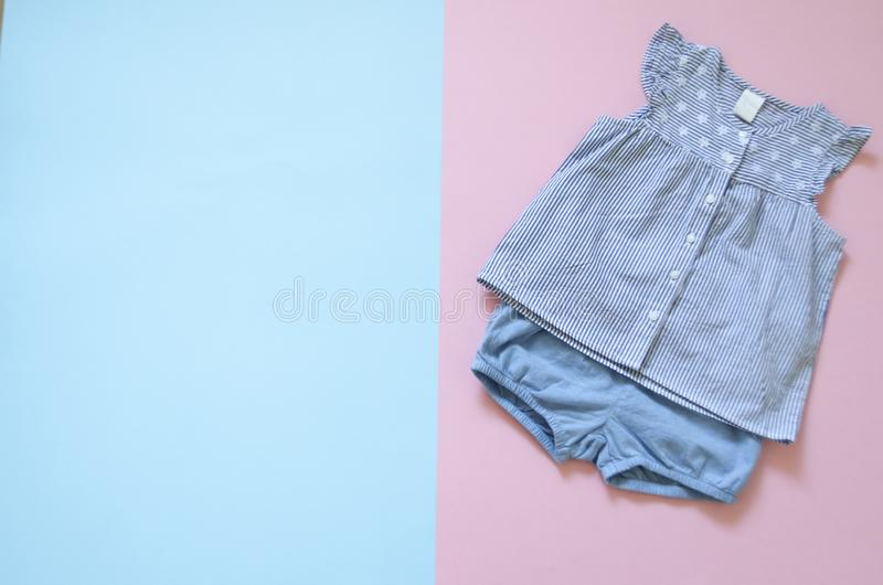 Configuration plate, mode, magazine collection supérieure de vêtements de bébé de viev ensemble de vêtements de fille de mode vêt photographie stock libre de droits