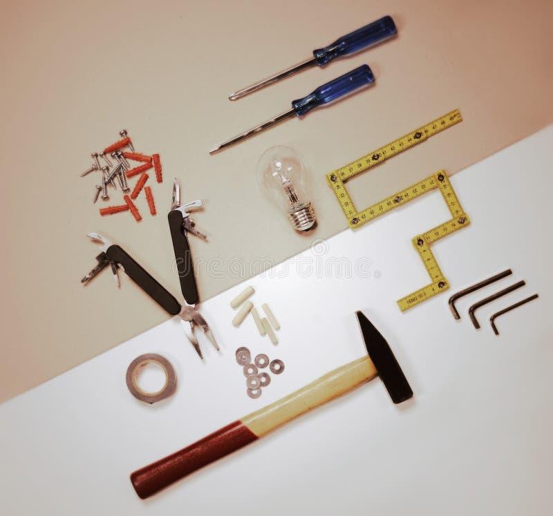 Configuration plate - outils de travail et ampoule - concept de solution photographie stock libre de droits
