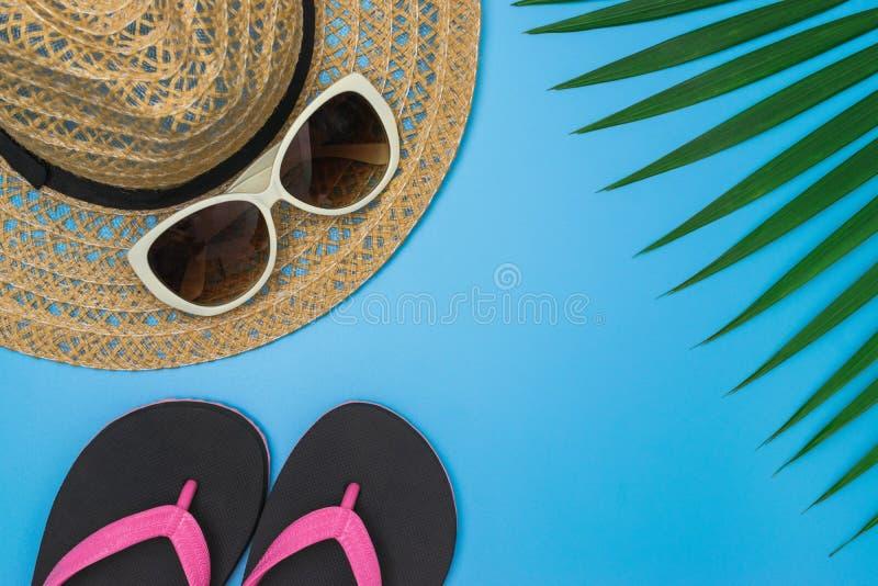 Configuration plate, vue supérieure avec la paume tropicale de chapeau, de pantoufles, de caméra, de lunettes de soleil, d'écoute photo stock