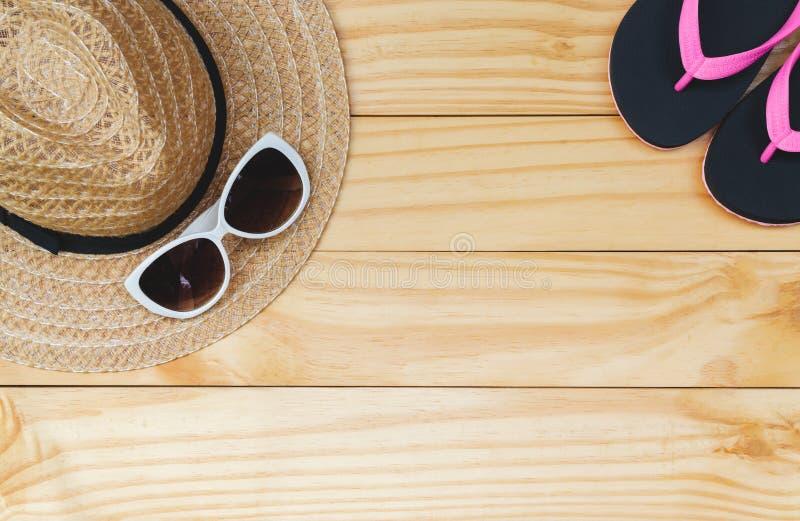 Configuration plate, vue supérieure avec le chapeau, pantoufles, lunettes de soleil pour le concept de voyage, d'été et de vacanc images libres de droits