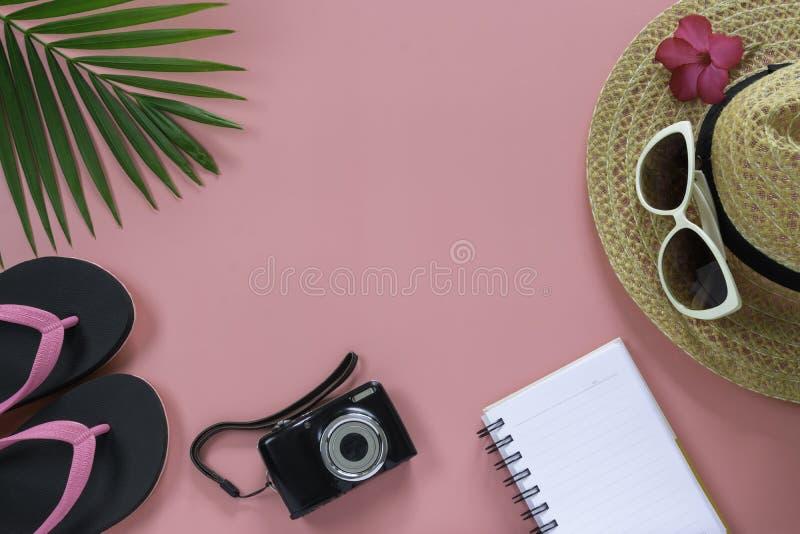 Configuration plate, vue sup?rieure avec le chapeau, pantoufles, cam?ra, carnet image stock