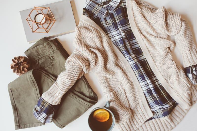 configuration réglée d'appartement d'automne d'équipement occasionnel confortable de femme Chemise de plaid, chandail tricoté, sa images stock