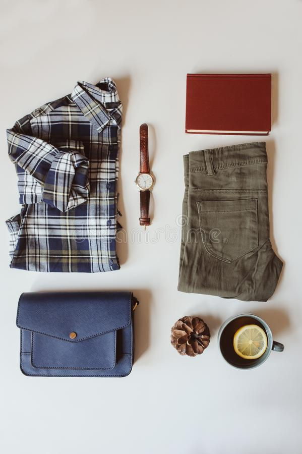 configuration réglée d'appartement de mode occasionnelle de femme d'été ou d'automne Chemise de plaid, sac mortuaire croisé bleu  photo stock