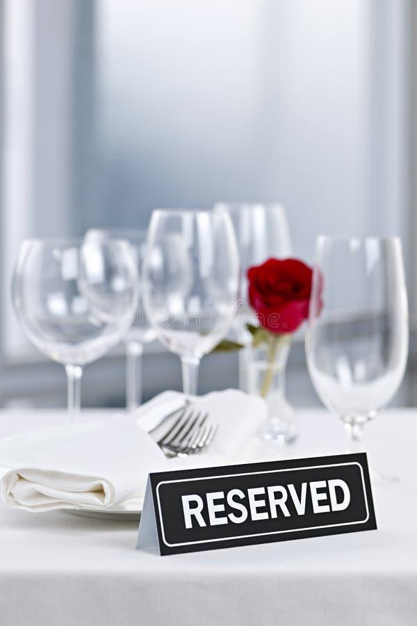 Configuration romantique de dîner avec le signe réservé photographie stock