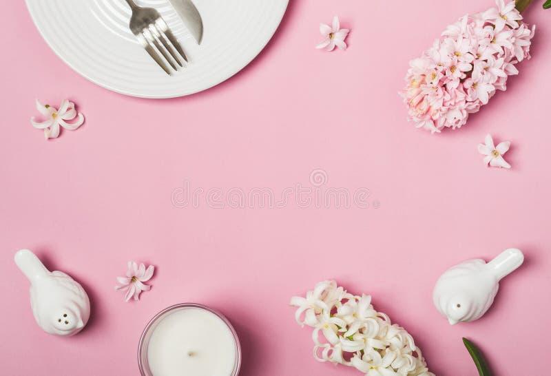 Configuration rose d'appartement de ressort Arrangement de Tableau et fleurs blancs de jacinthes photo stock