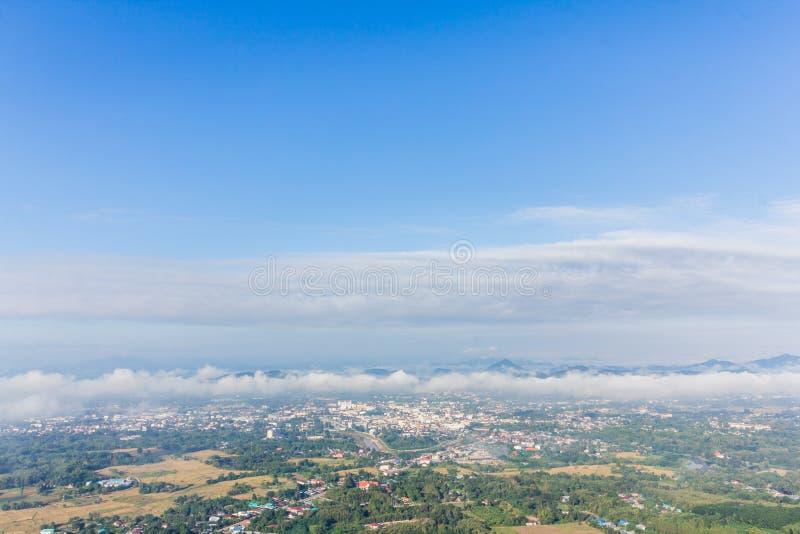 configurations de brouillard au-dessus de la ville images stock