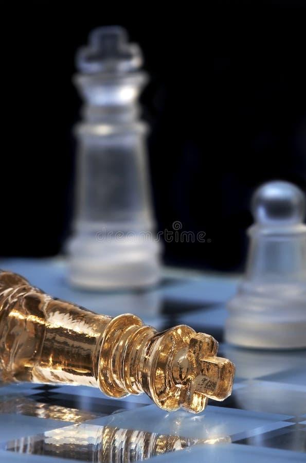 Configurations de roi d'échecs sur un échiquier. Une victoire et une défaite photographie stock