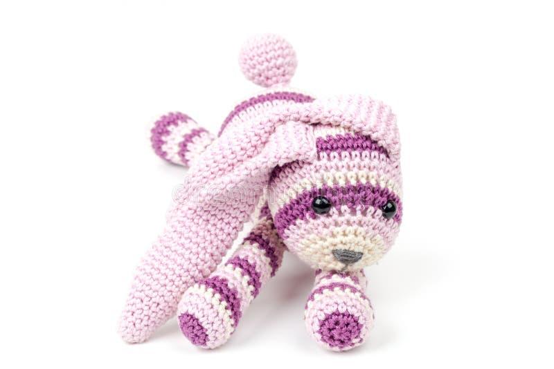 Configurations roses tricotées de jouet de lapin d'isolement sur le blanc image stock